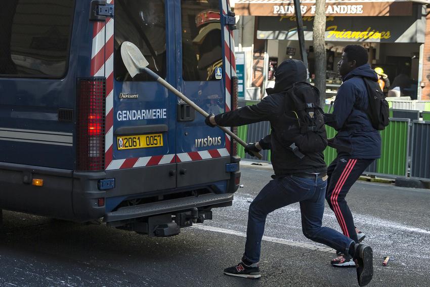 Zbog predloženih izmjena Zakona o radu mladi se širom Francuske sukobili sa policijom